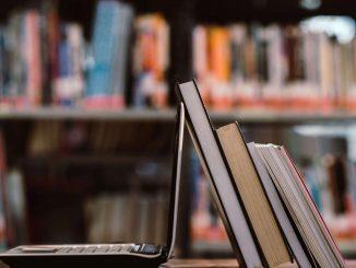 Książki i laptop - zdjęcie ilustracyjne