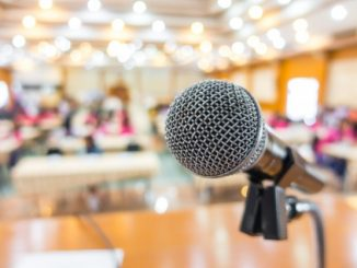 Mikrofon w sali konferencyjnej - zdjęcie ilustracyjne