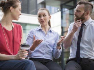 Trzy osoby prowadzące rozmowę - zdjęcie ilustracyjne